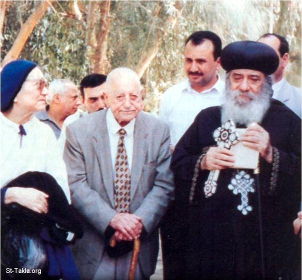 دكتور راغب مفتاح وامرأته مع قداسة البابا شنوده الثالث